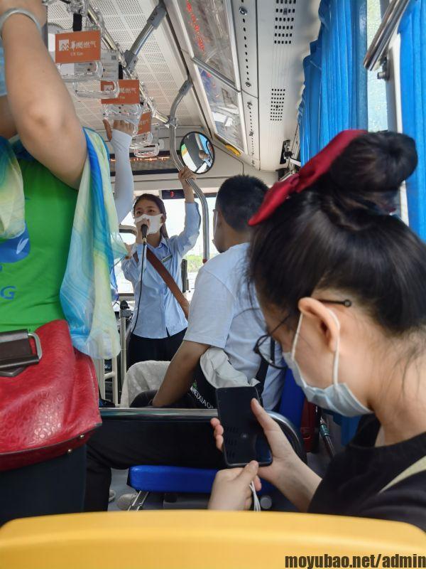 公交车上的讲解员